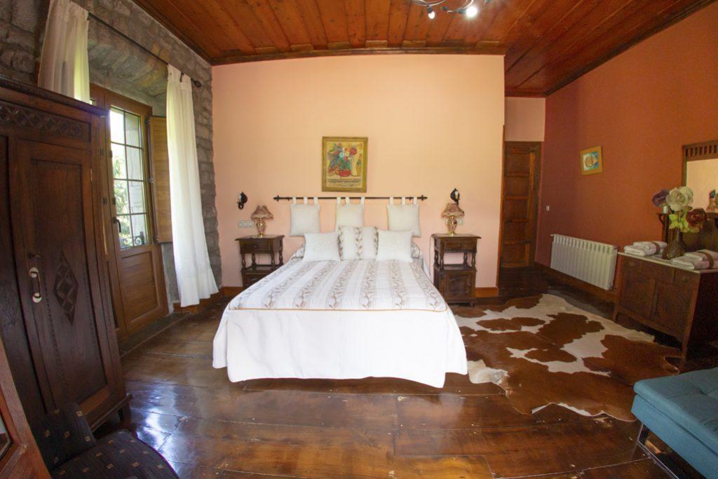 Habitación matrimonial con manta de piel