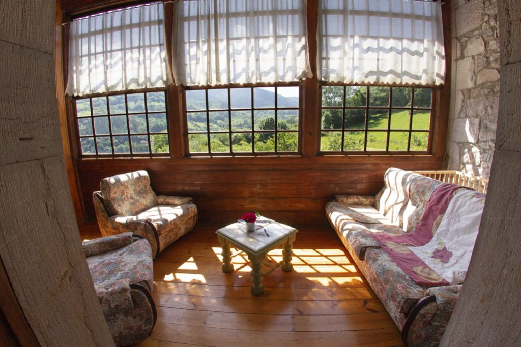 Galería con sofás de habitación matrimonial