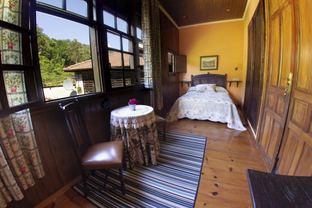Habitación matrimonial con pared de madera