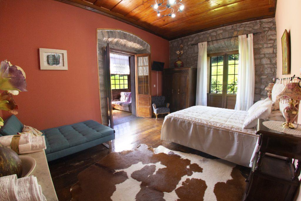 Habitación matrimonial rosa y naranja con galería