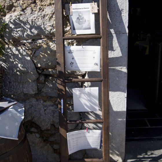 Lugar de información en el exterior de la casona
