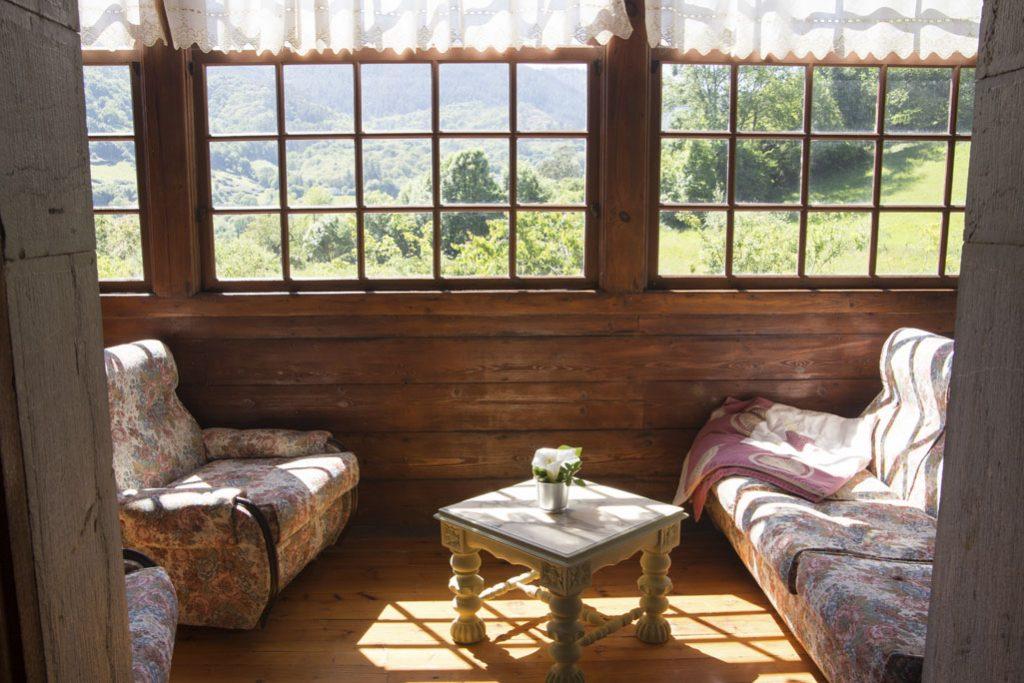 Galería con sofás dentro de una habitación