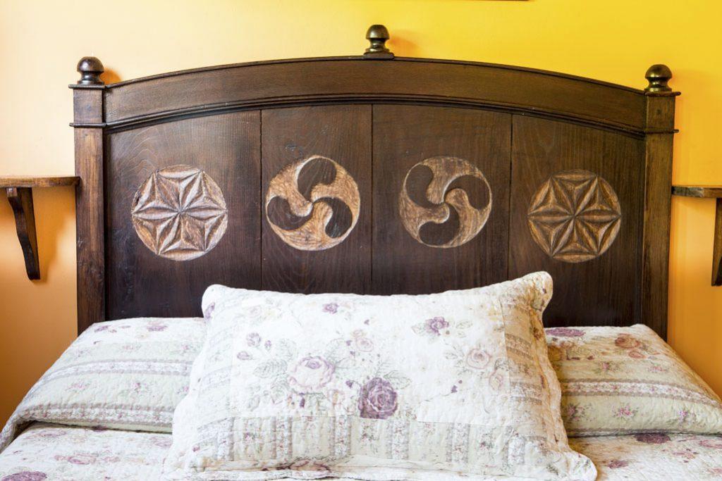 Cabecero de madera decorado