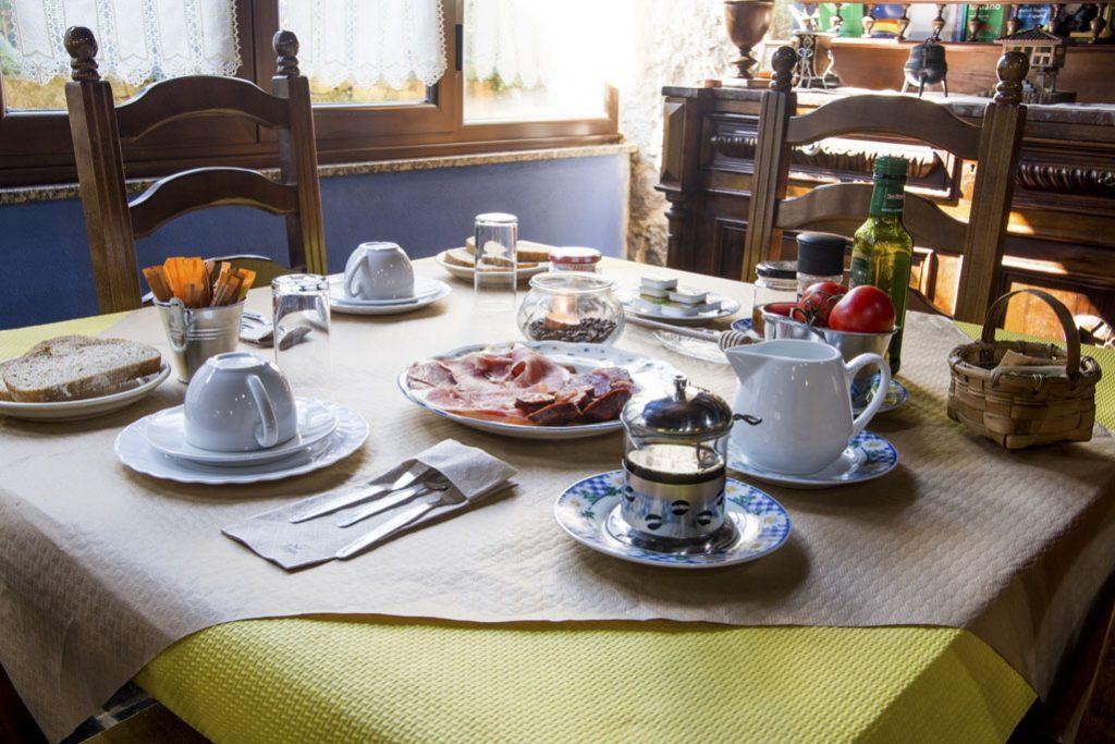 Mesa de desayuno lista para desayunar