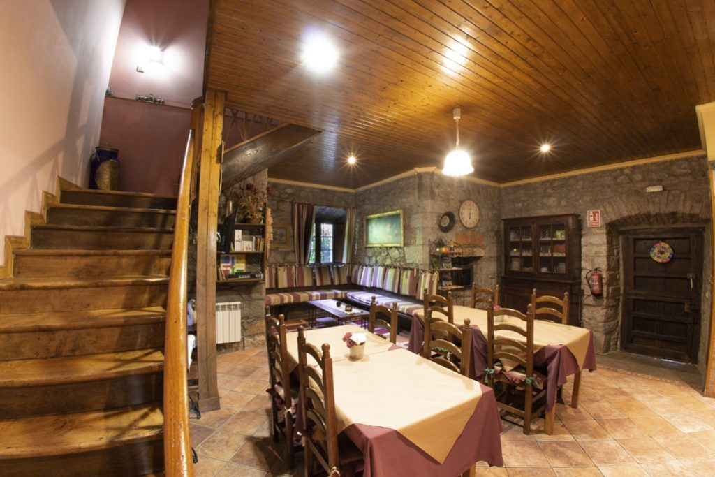 Mesas, sofás y escalera de las zonas comunes