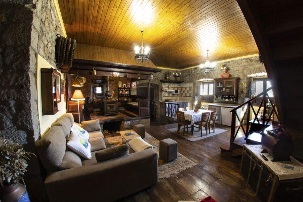 sofá y cocina del llar