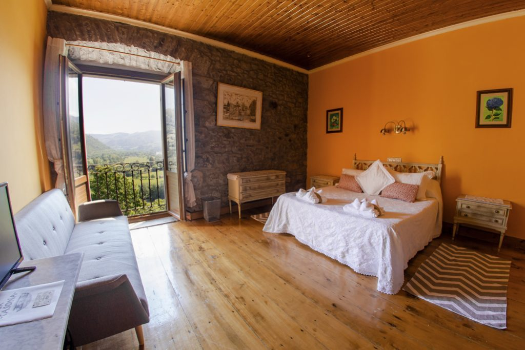 Habitación naranja con balcón con vistas
