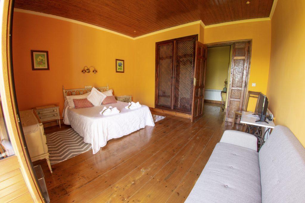 Habitación naranja matrimonial