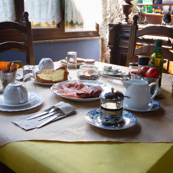 Mesa preparada para el desayuno